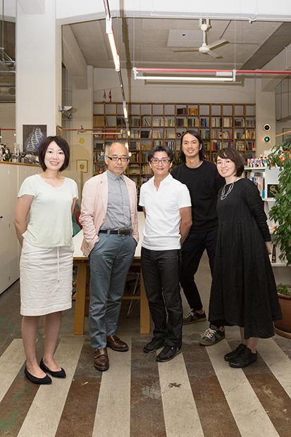 ランドーのスタッフと中川憲造氏(左からに番目)